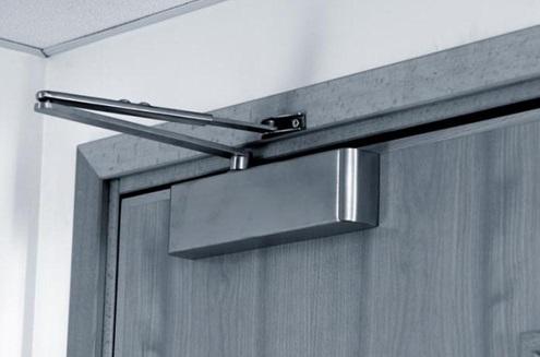 Устройство для установки на поверхность двери
