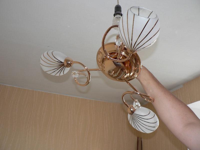 Установка люстры на потолке