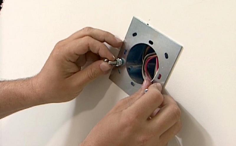Установка крепежной планки для светильника
