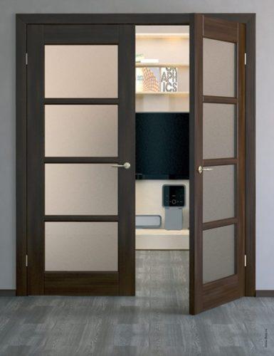 Двери, установленные на петли