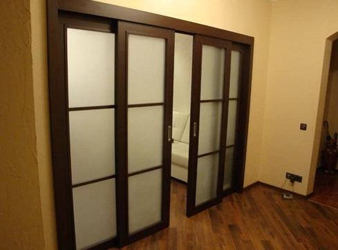 Двери, установленные на направляющие