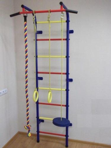Спортивный тренажер, установленный на стену и пол детской комнаты