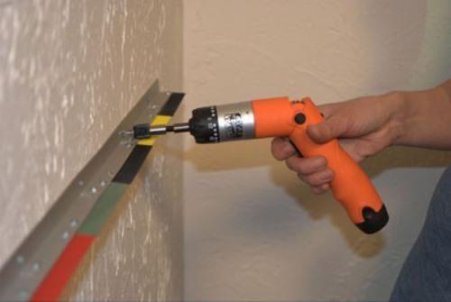 Фиксация выбранного крепежа на стене