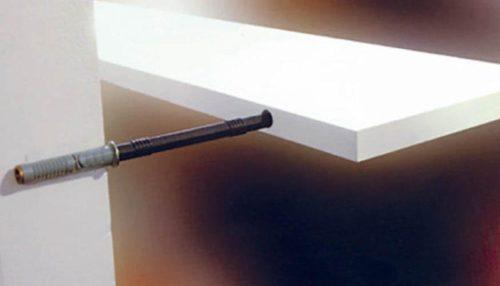 Использование металлических стержней для фиксации полки
