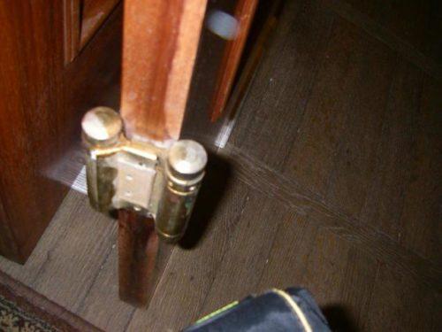Установив элемент на дверное полотно, можно приступать к креплению ответных частей на дверной раме