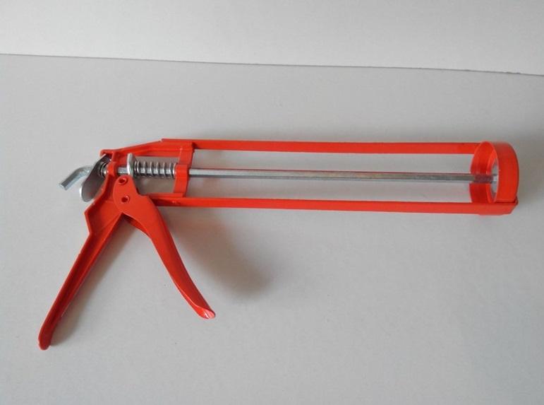 Механический пистолет для жидких гвоздей не отличается сложностью конструкции