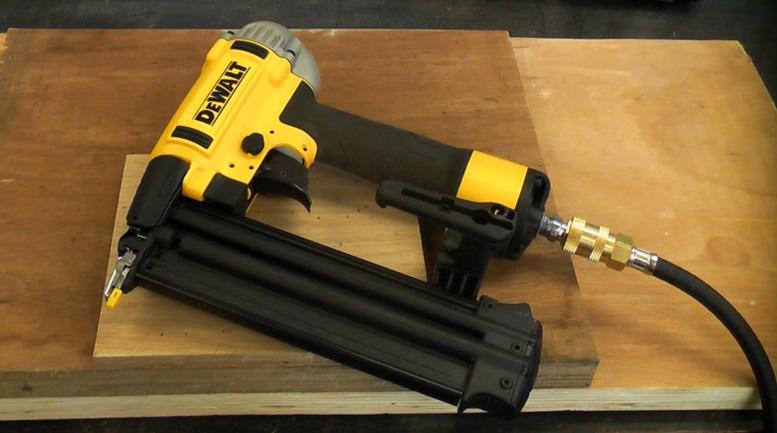Пневматический пистолет с подключенным компрессором