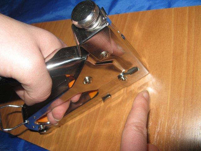 Строительный механический степлер в работе