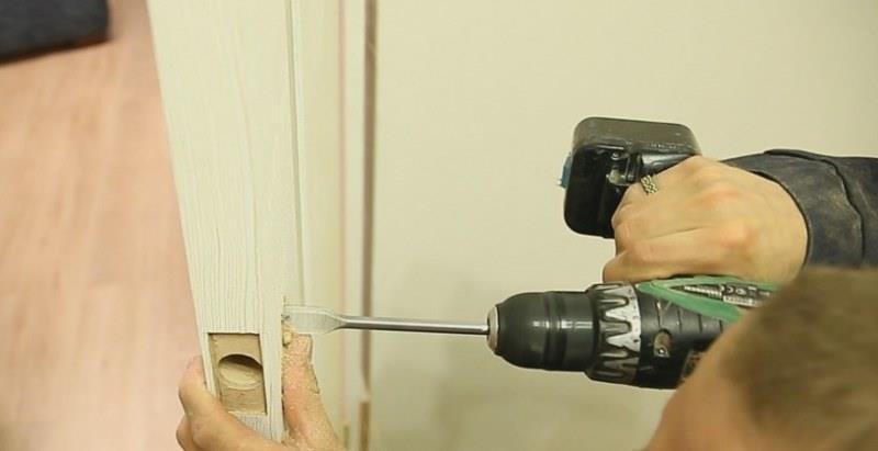 Подготовка отверстий для монтажа дверной ручки