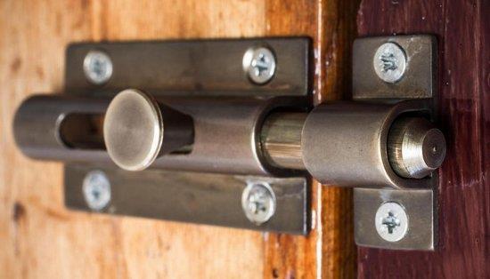 Устройство для блокировки, установленное на дверном полотне