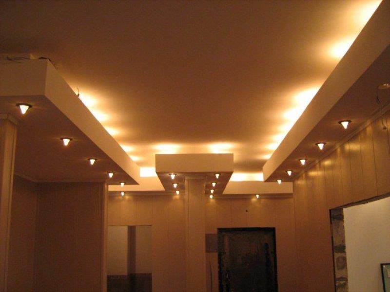 Игра света точечных светильников